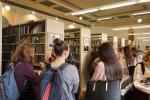 Studenti si prohlíží výstavu