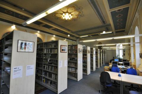 Pohled na knihovnu od výpůjčního pultu (tak to vidí knihovník)